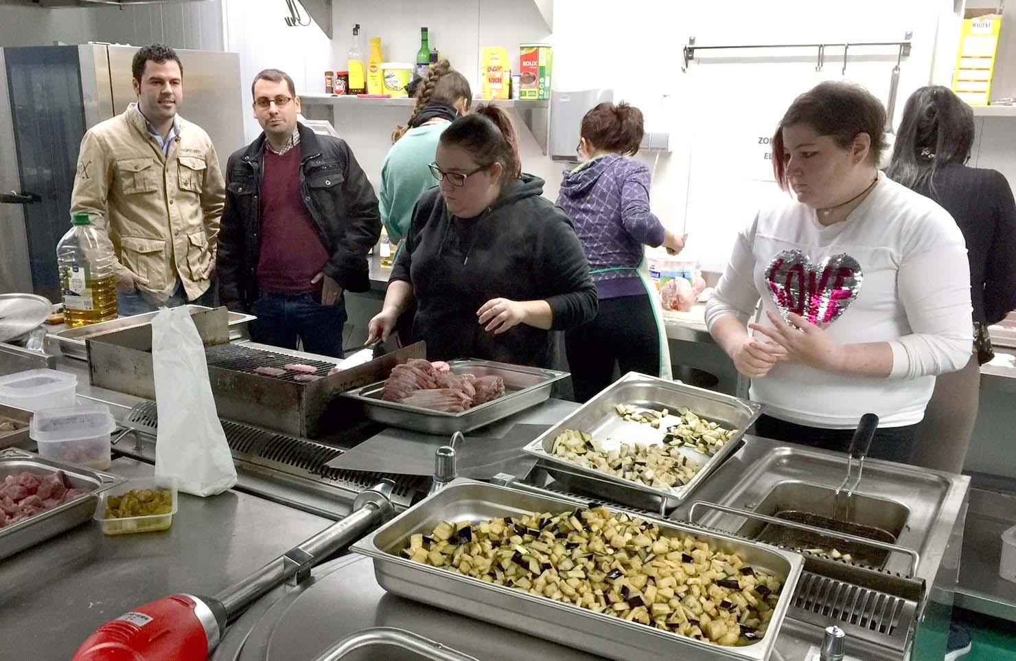 15 j venes participan en un curso de ayudante de cocina puente genil noticias - Curso de ayudante de cocina ...